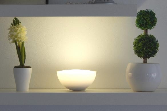 Die Mobile Philips U201ehue Gou201c Leuchte In Neutral Weißer Einstellung U2013 Hier  Als Dekoratives Lichtobjekt Füru0027s Wandregal.